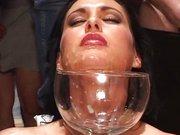 Spermaluder trinkt den Spermadrink