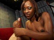 Junge Ebony mit kleinen Titten